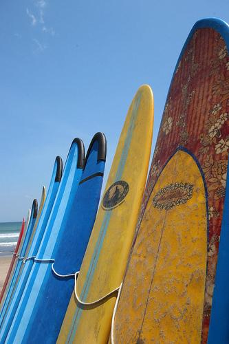Quando em Bali... faça como todos os outros turistas e suba numa prancha! (fonte: www. flickr.com/photos/markomikkonen/)